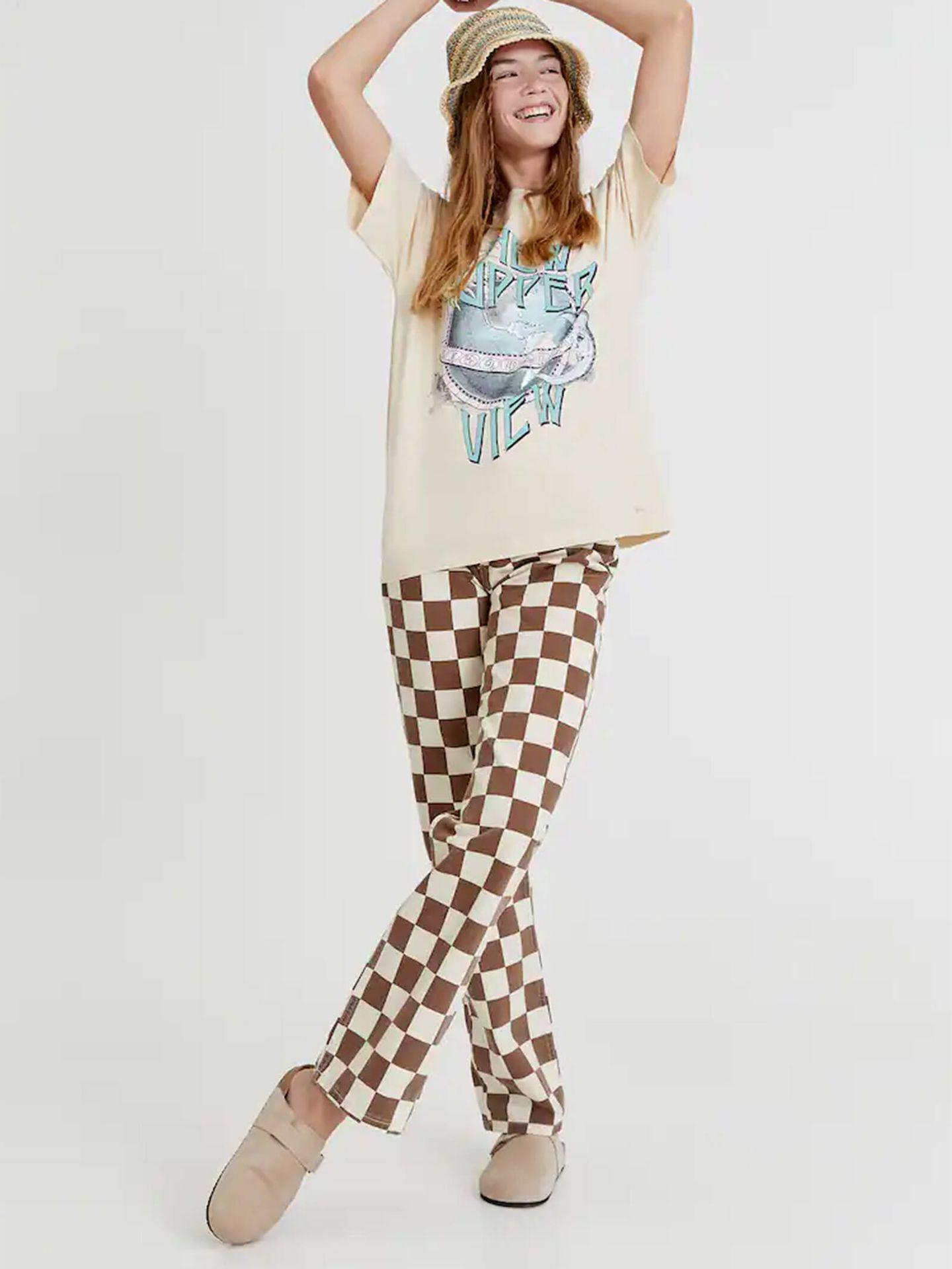 Uno de los pantalones con estampado tablero de ajedrez de Pull and Bear. (Cortesía)