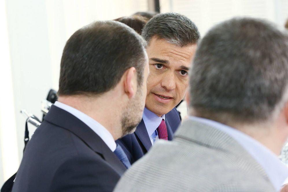 Foto: Pedro Sánchez charla con José Luis Ábalos y Santos Cerdán, este 8 de enero de 2019 durante la reunión de la ejecutiva federal del PSOE. (Inma Mesa   PSOE)