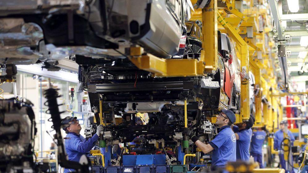 Foto: Trabajadores en la fábrica de Ford en Almussafes. (EFE)