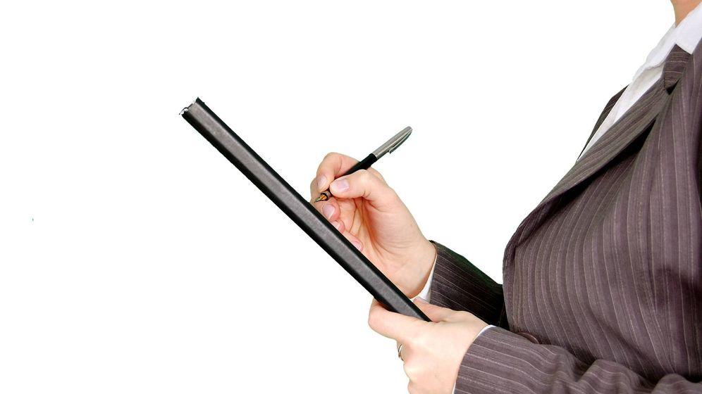Foto: Una funcionaria toma notas. (Pixabay)
