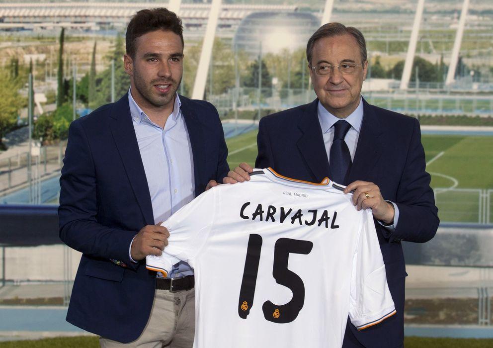Foto: El futbolista Dani Carvajal junto al presidente del Real Madrid, Florentino Pérez, durante su presentación (Gtres)