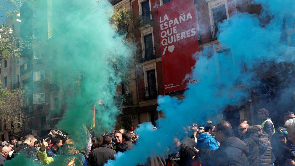 Foto: Manifestación de policías y guardias civiles ante la sede del PSOE. (EFE)