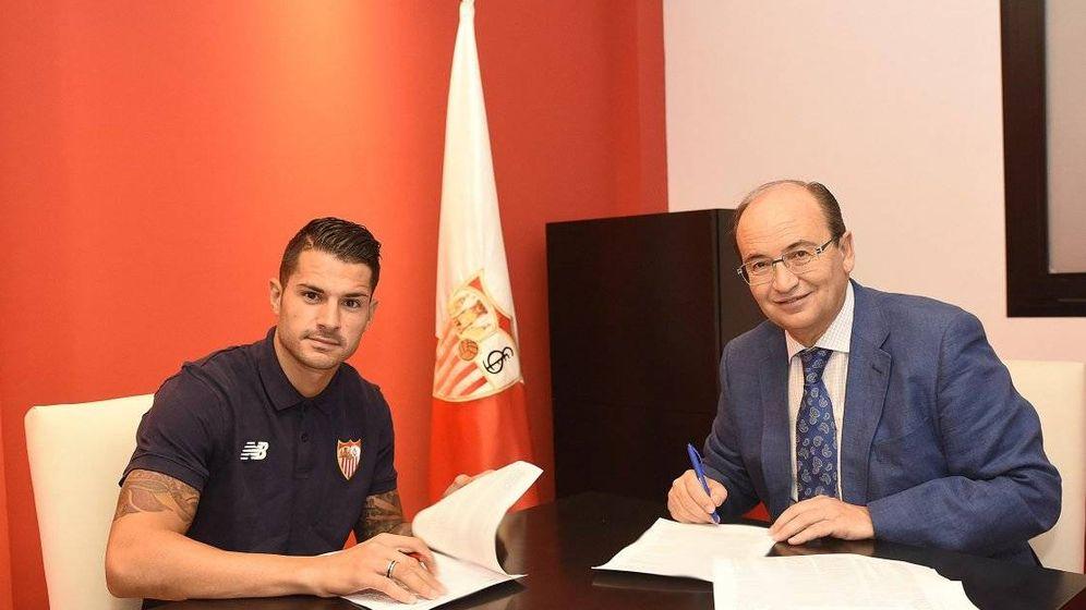 Foto: Vitolo firma su renovación junto a Castro. (Sevilla FC)