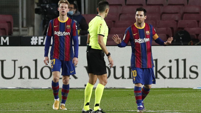 Messi y Frenkie de Jong ante la Real Sociedad. (Reuters)