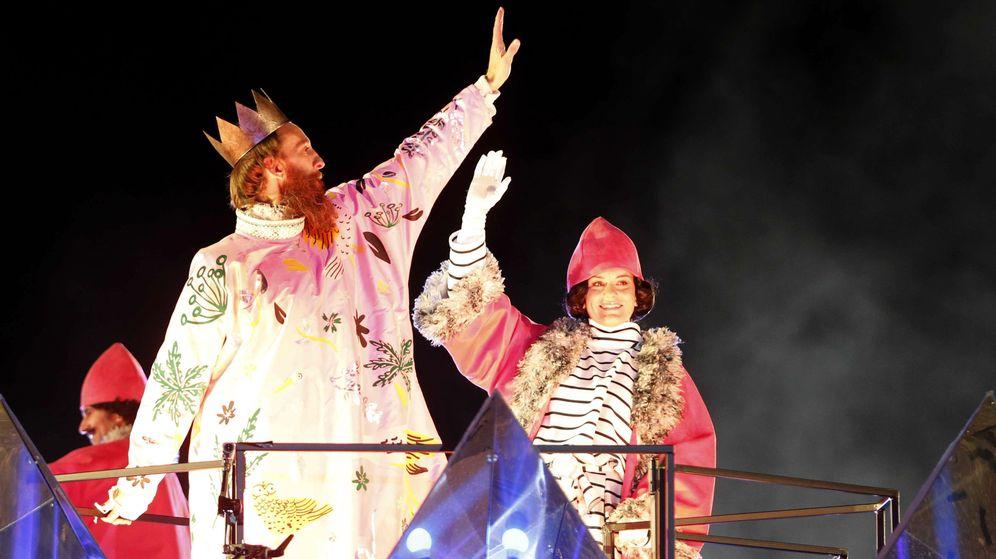Foto: El rey Gaspar saluda durante la cabalgata de los Reyes Magos del año pasado. (EFE)