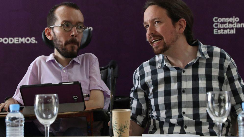 Foto: El secretario general de Podemos, Pablo Iglesias (d), junto al secretario de Organización del partido, Pablo Echenique (i). (EFE)