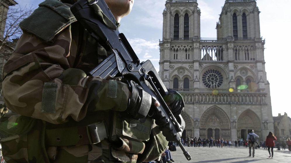 Foto: Un soldado francés en Notre Dame, donde el sábado se halló un coche lleno de bombonas de gas. (Reuters)