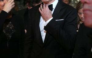 Daniel Day-Lewis recibe el título de 'Sir' de las manos de Guillermo