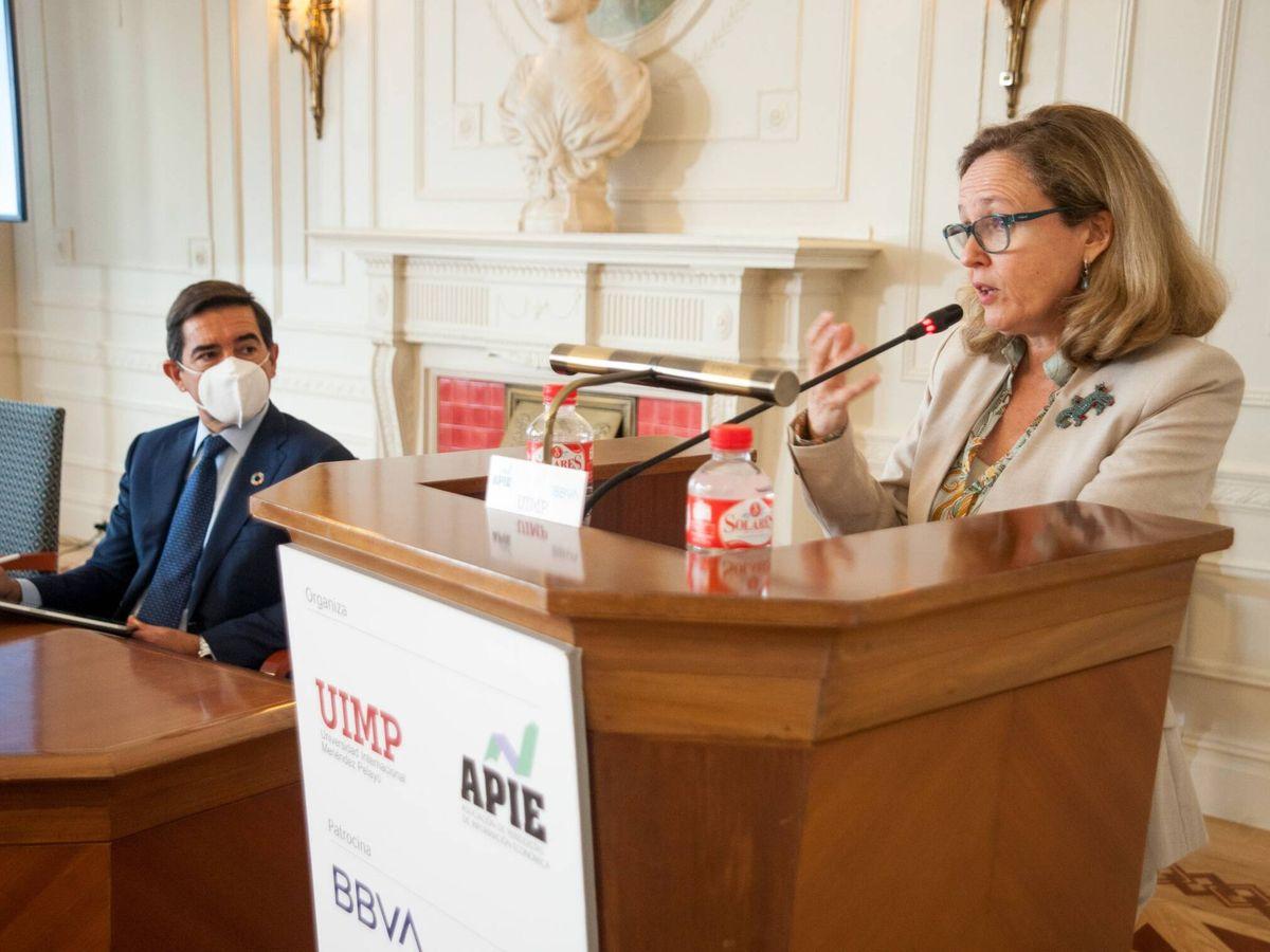 Foto: Nadia Calviño, con el presidente de BBVA, Carlos Torres. (APIE)