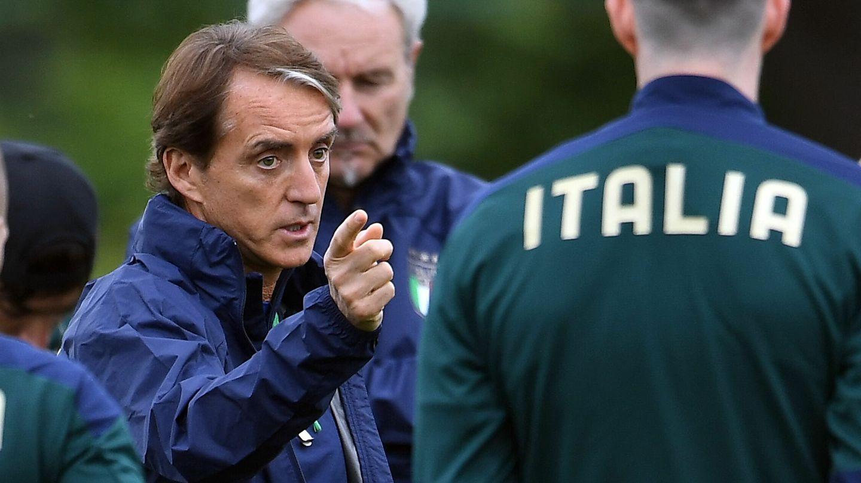 Roberto Mancini da instrucciones a los suyos en el entrenamiento previo al gran duelo. (EFE)