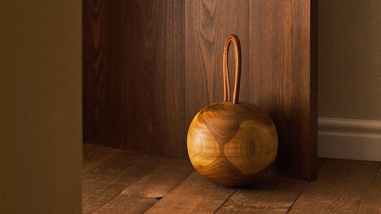 Tope de puerta de madera de Zara Home. (Cortesía)