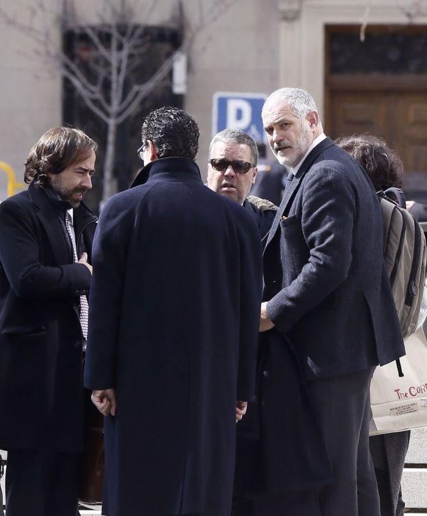 Foto: El exdirector deportivo del FC Barcelona Andoni Zubizarreta (d) tras declarar ante el juez. (EFE)