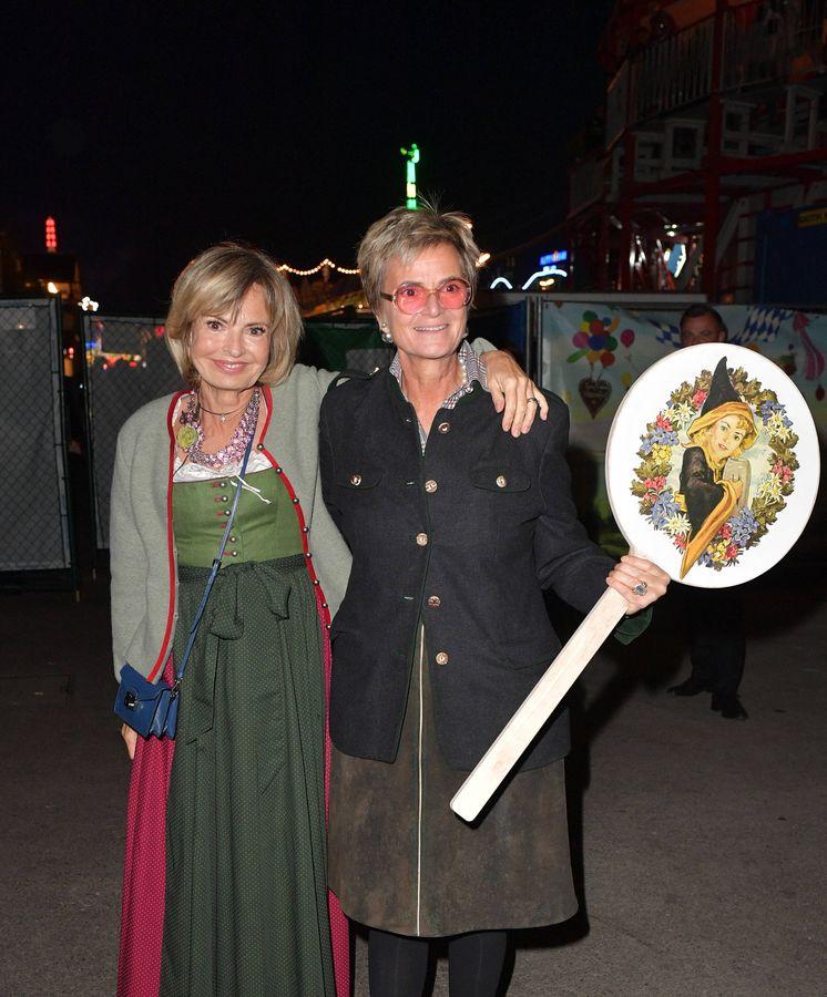 Foto: Maya von Schoenburg-Glauchau y su hermana, Gloria von Thurn und Taxis, en el último Oktoberfest. (Getty)