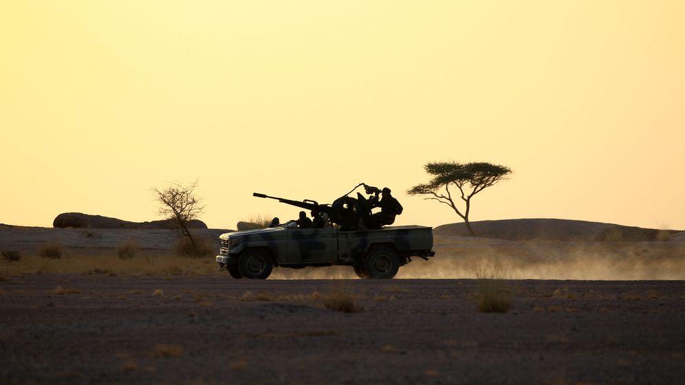 Foto: Combatientes del Polisario conducen una camioneta armada en Bir Lahlou, Sáhara Occidental, en septiembre de 2016 (Reuters)