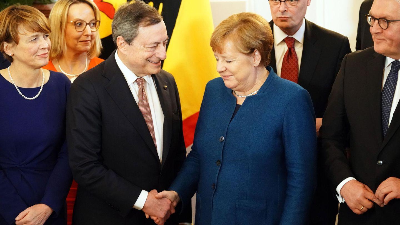 Draghi estrecha la mano de Angela Merkel, canciller alemana. (Reuters)
