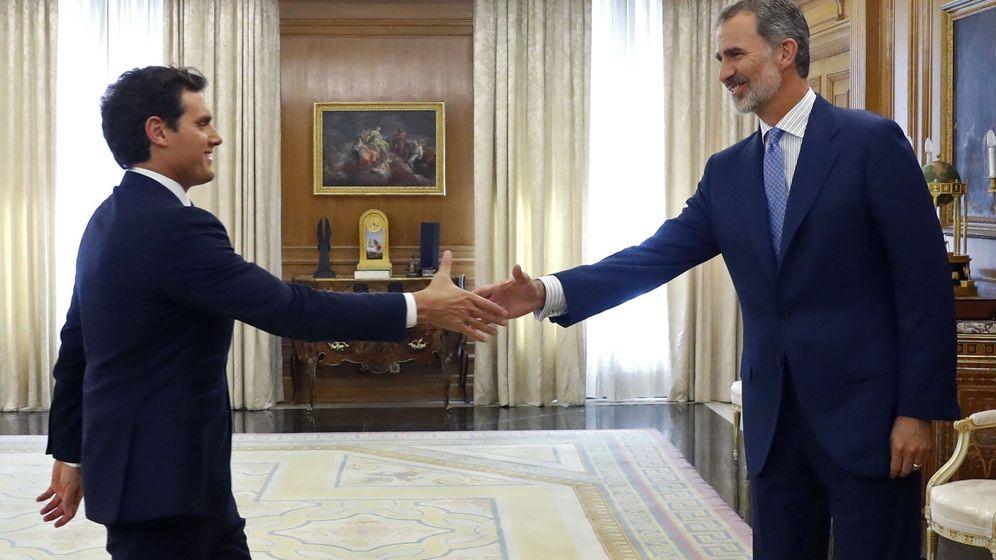Foto: Felipe VI recibe a Albert Rivera en el último día de ronda de consultas en Zarzuela. (EFE)