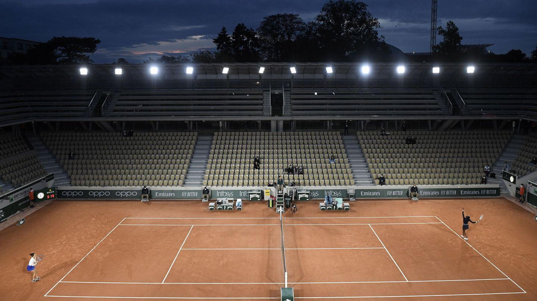 Partido entre Martina Trevisan y Cori Gauff, este miércoles por la noche, en París. (Efe)