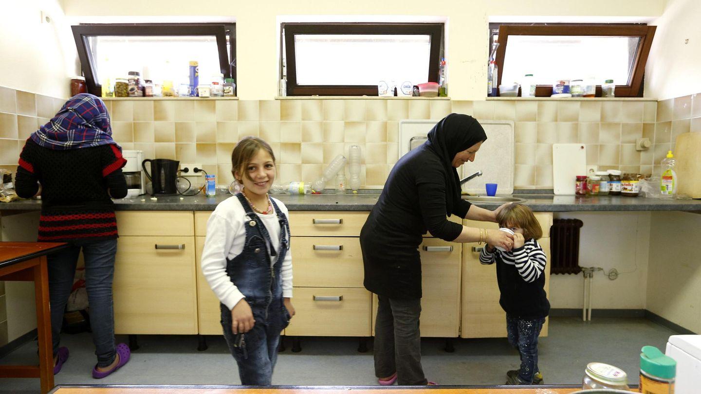 Alqasem y su familia en una cocina del monasterio de Oggelsbeuren, cerca de Biberach (Reuters).