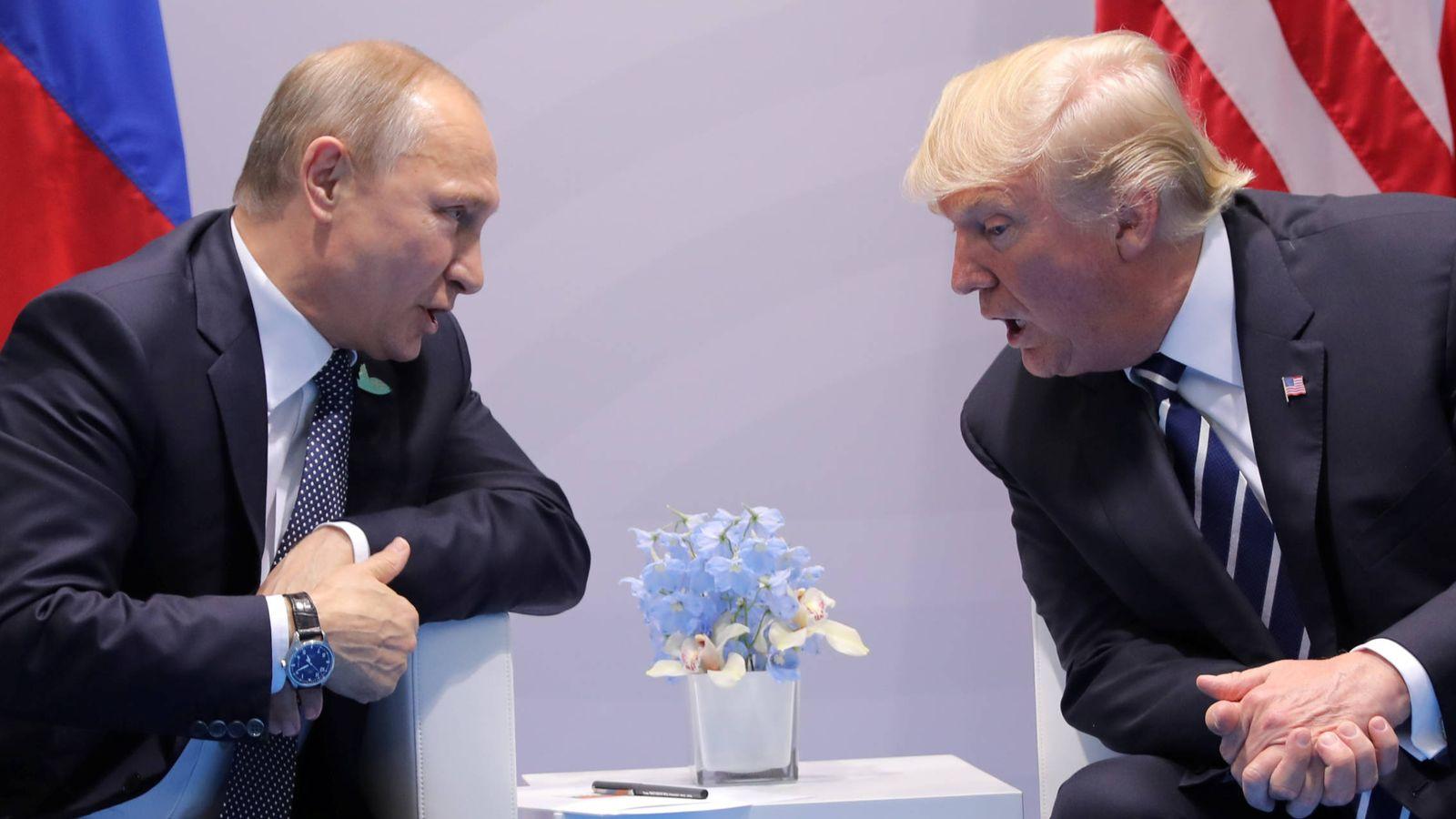 Foto: El presidente de EEUU, Donald Trump, habla con su homólogo ruso, Vladimir Putin, durante una reunión bilateral en la cumbre del G-20, en Hamburgo. (Reuters)