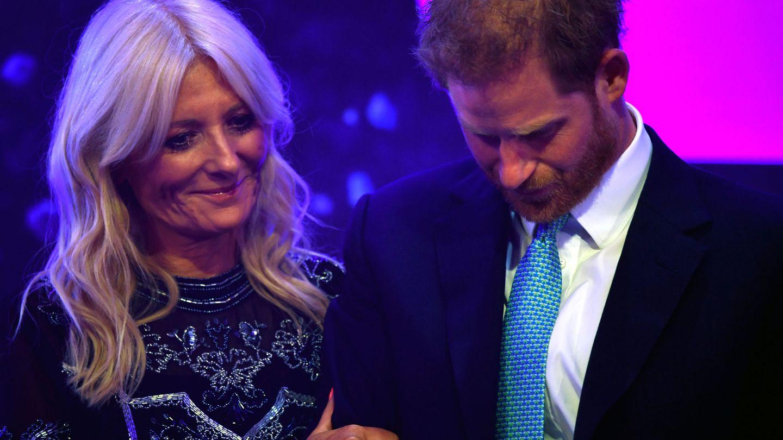El príncipe Harry emocionado al hablar de su familia durante la ceremonia de los premios WellChild en Londres. (Reuters)