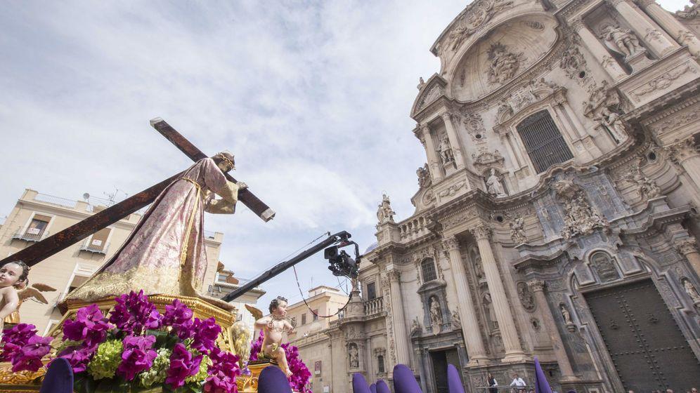 Foto: La procesión de 'los Salzillos' recorre las calles de Murcia en la mañana de Viernes Santo. (EFE)