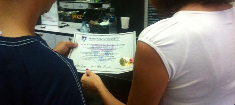Foto: Guy entrega el falso diploma de la Universidad de Harvard (Rebeca Calabria).