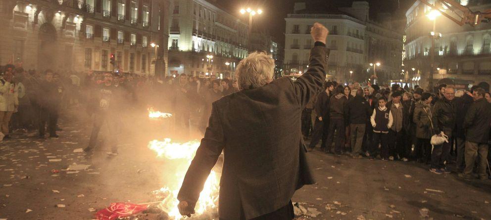 Foto: Un hombre protesta durante una manifestación de trabajadores de jardinería y limpieza viaria en Madrid. (Efe)
