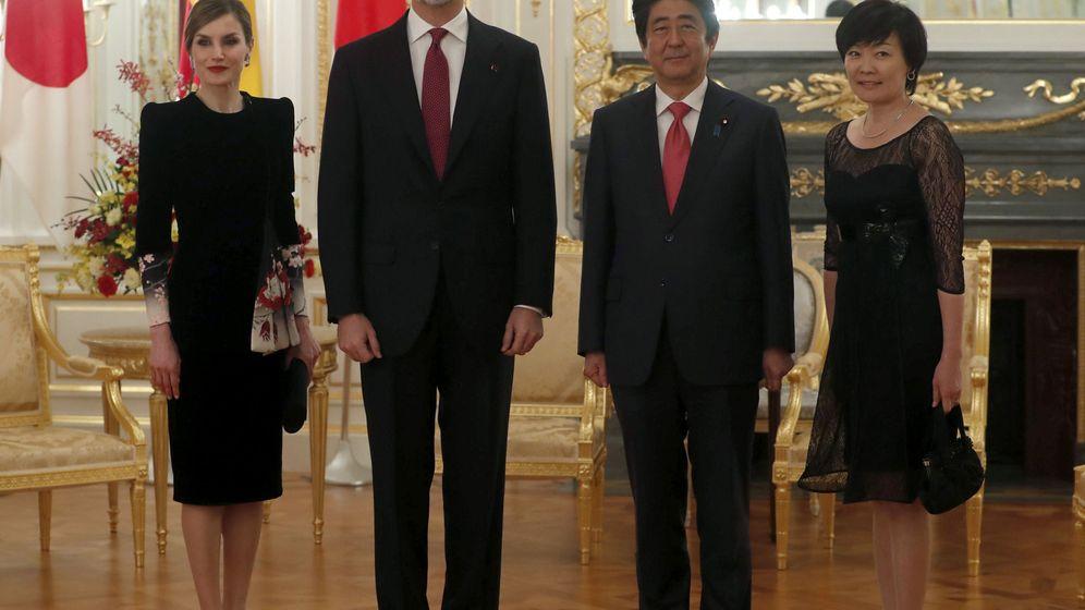 Foto: Los Reyes con el primer ministro y su esposa. (EFE)