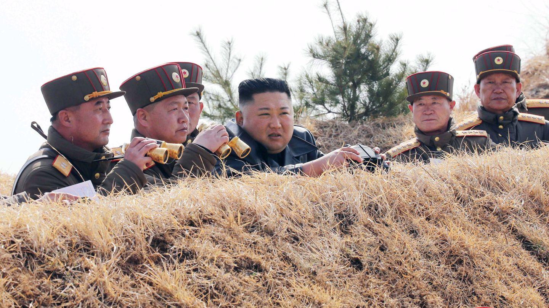 Kim Jong-un, desde una trinchera.