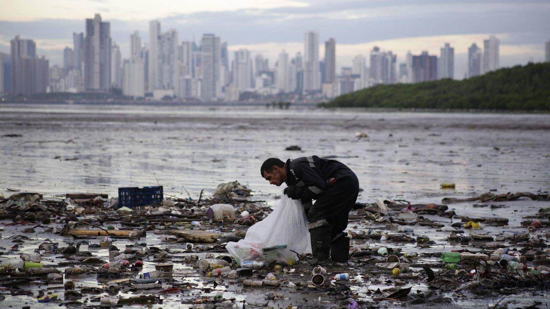 Un activista recoge desperdicios en la Bahía de Panamá en 2018 (EFE)