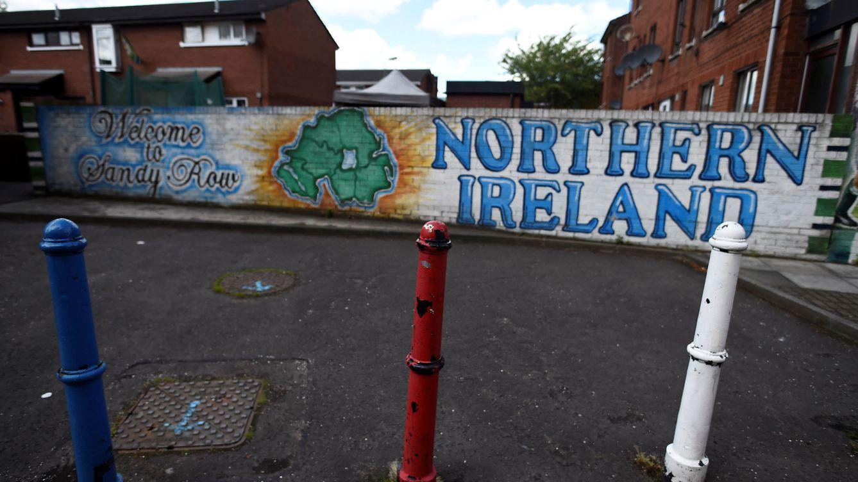 Foto: Bolardos pintados con los colores de la Union Jack en la zona unionista de Sandy Row en Belfast, Irlanda del Norte, en mayo de 2017. (Reuters)