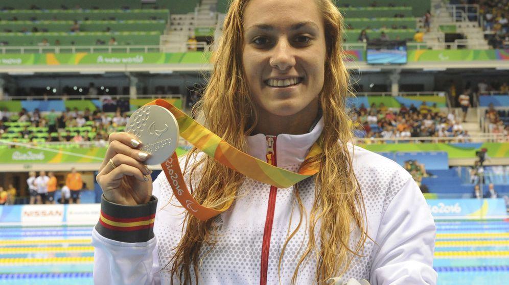 Foto: Sarai Gascón con una de sus medallas en Río (Javier Regueros/EFE)