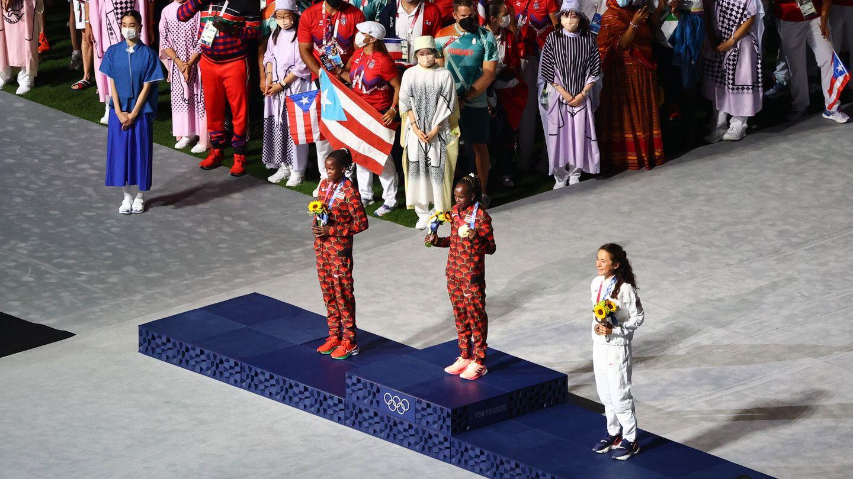 Las atletas posan con sus preseas. (Reuters)