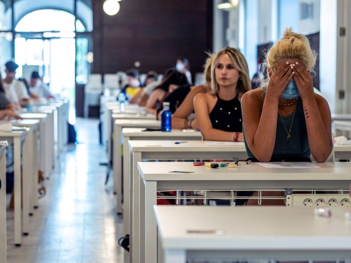 Foto: Alumnos españoles durante las pruebas de Evaluación para el Acceso a la Universidad (EvAU). (EFE)