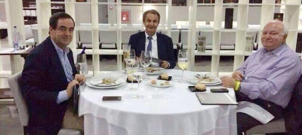 Foto: Bono, Zapatero y Moratinos, el pasado día 2 en el restaurante Imagine de Malabo. (El Confidencial)