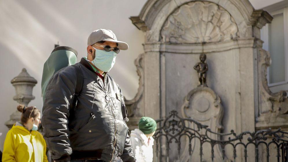 Foto: Un hombre con una mascarilla pasea por Bruselas. (EFE)