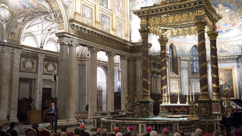 El rey emérito español, Juan Carlos I (i), ofrece un discurso durante la inauguración. (EFE)