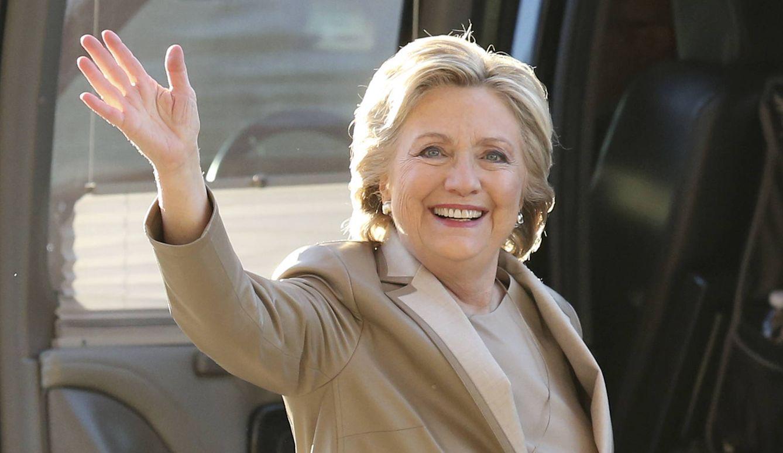 Foto: Hillary Clinton de gris perla antes de depositar su voto (Gtres)