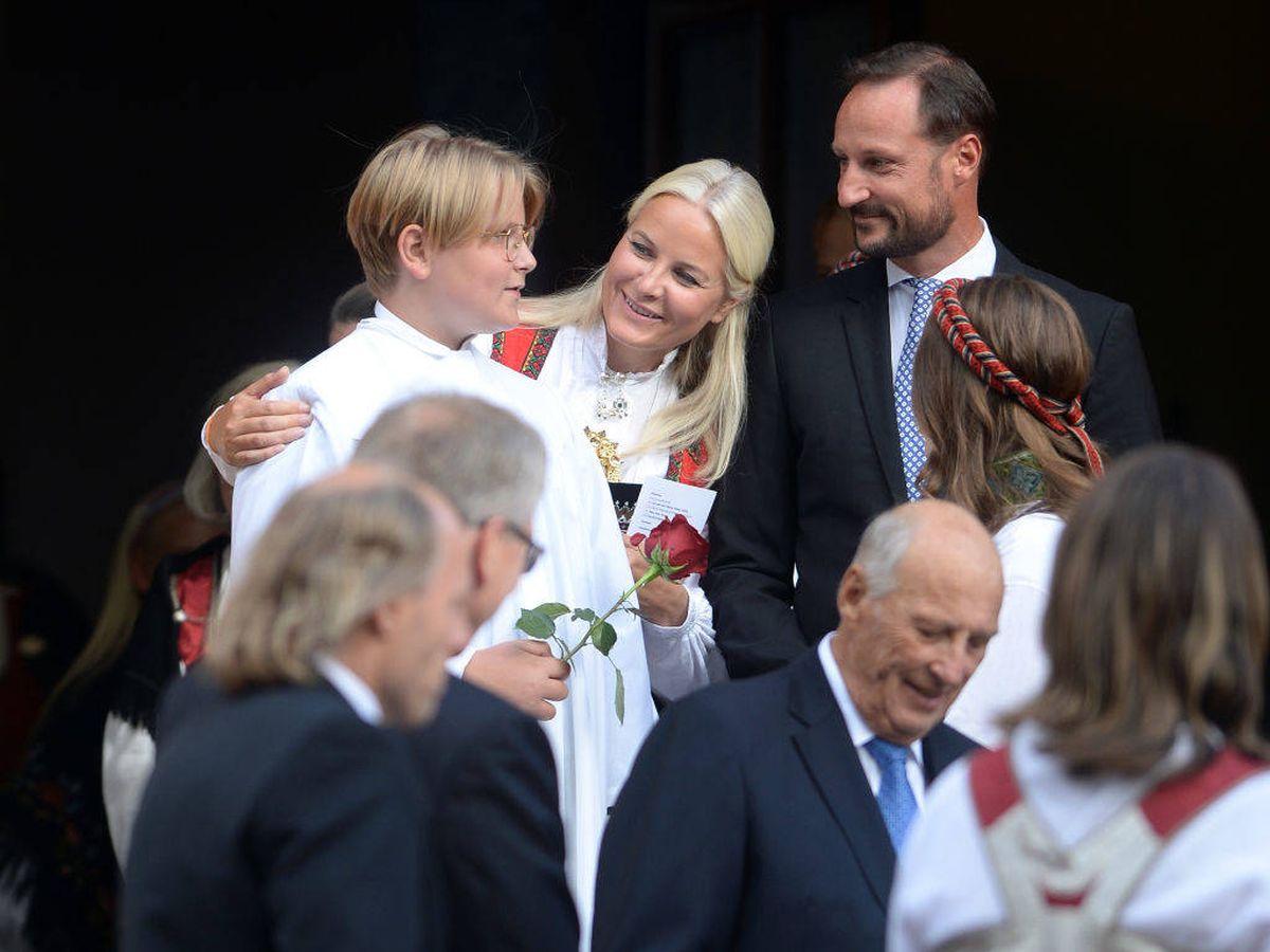 Foto: Mette-Marit y Haakon de Noruega, muy emocionados con su hijo Sverre Magnus durante su confirmación. (Getty)
