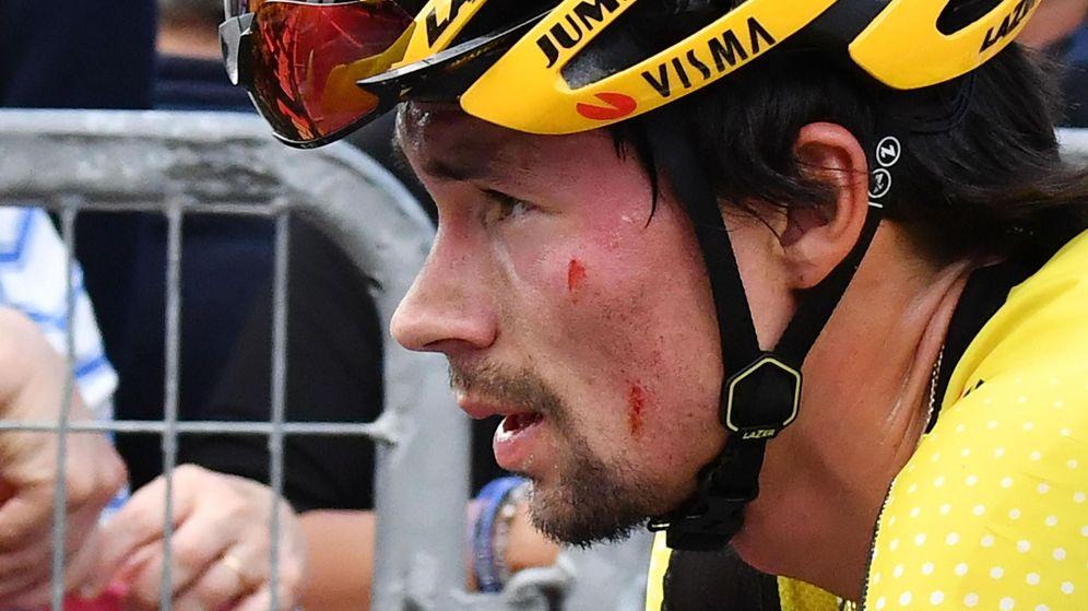 Foto: Primoz Roglic, herido tras su caída en el descenso del Civiglio. (EFE)