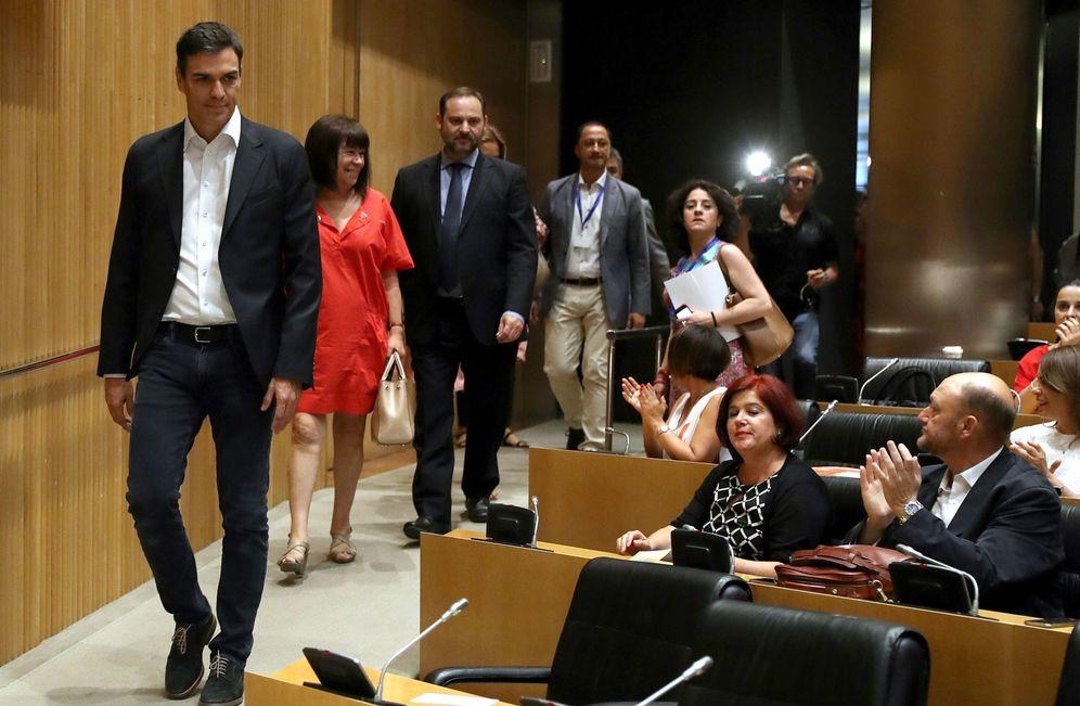 Foto: Pedro Sánchez, acompañado de miembros de su ejecutiva y de la dirección parlamentaria, el pasado 20 de junio. (EFE)