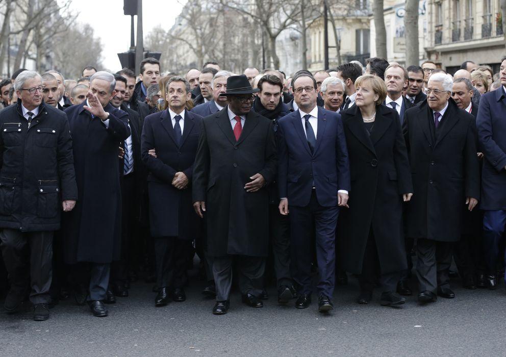 Foto: Hollande rodeado por jefes de Estado y de Gobierno como Juncker, Netanyahu, Keita, Merkel, Abas y Renzi, durante la marcha en París. (Reuters)