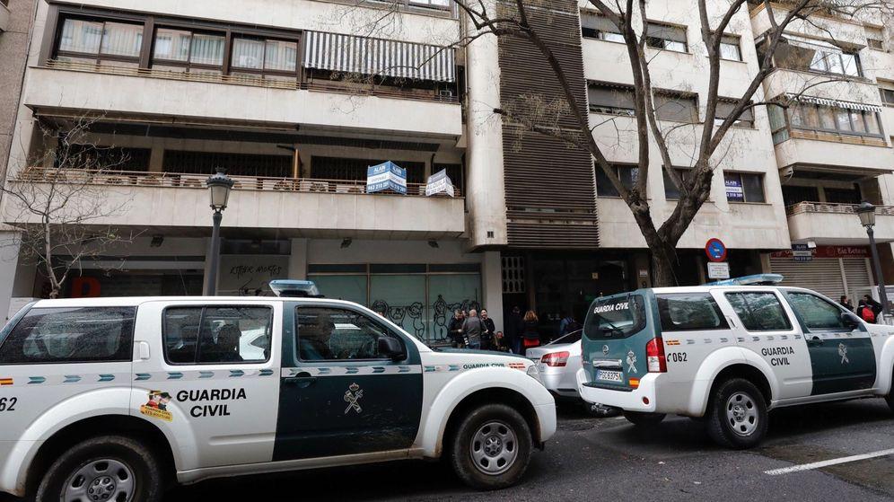 Foto: Imagen de archivo de dos coches de la Guardia Civil. (EFE)