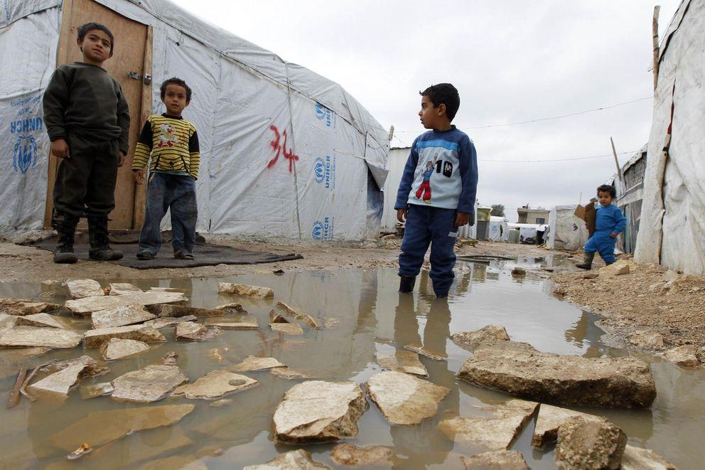 Foto: Un niño sirio refugiado en la puerta de una tienda en el campo de Bar Elias, en el Valle de La Bekaa, Líbano (Reuters).