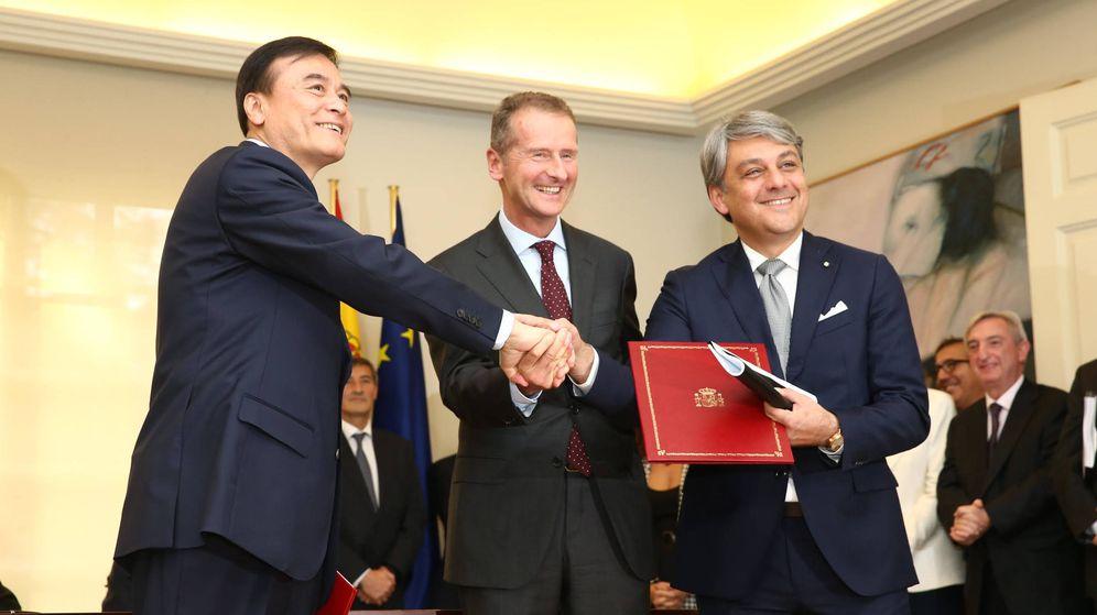 Foto: An Ji, presidente de JAC; Dr. Herbert Diess, presidente del Grupo Volkswagen y Luca de Meo, presidente de SEAT en la firma del acuerdo. (SEAT)