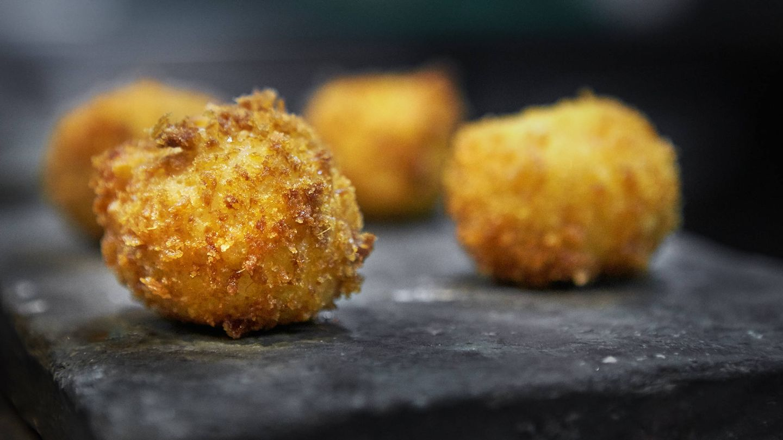 Croqueta de pollo al curry de Oído Cocina Gourmet.