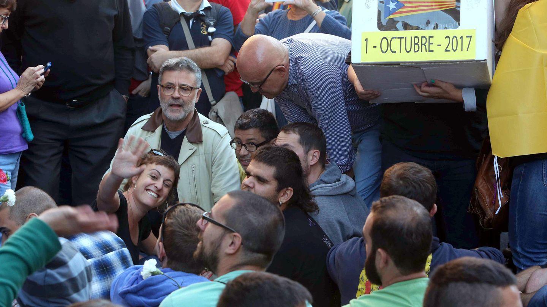 Carles Riera, entre los manifestantes concentrados contra las detenciones a miembros de la Generalitat. (EFE/Toni Albir)