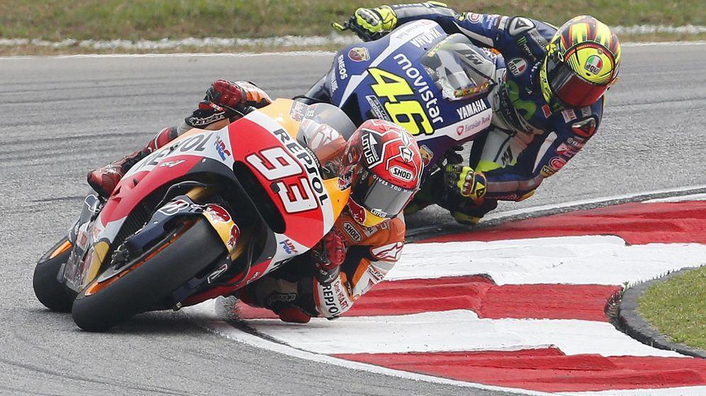 Foto: Márquez y Rossi pelean en un momento de la carrera de Sepang (Reuters).