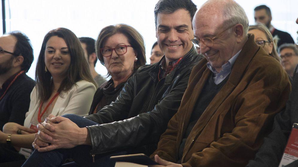 Foto: Pedro Sánchez y el ex secretario general del PSOE Joaquín Almunia, en un taller de la escuela de buen gobierno Jaime Vera. (Borja Puig / PSOE)