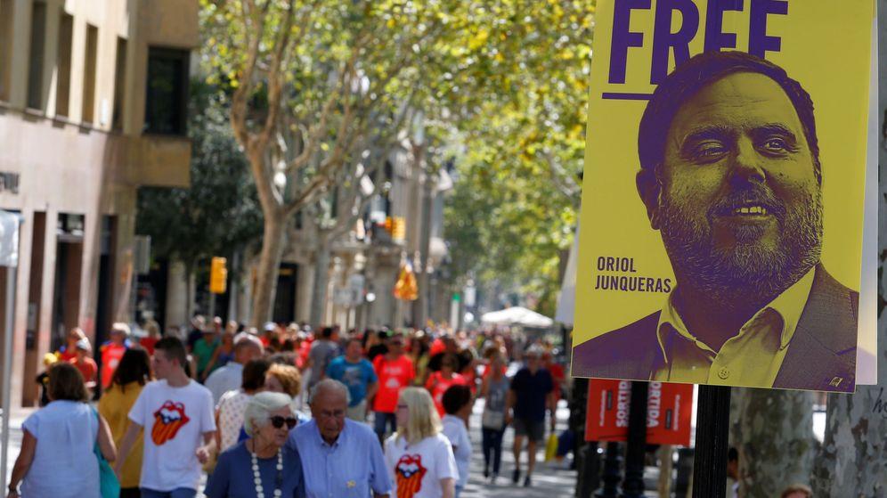 Foto: Manifestantes caminan junto a un cartel que pide la libertad de Junqueras. (Reuters)
